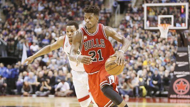 Basketbalista Chicaga Bulls Jimmy Butler (21) uniká Kyleu Lowrymu z Toronta (7).