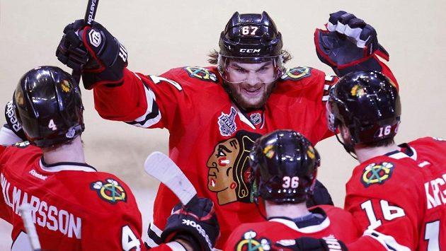 Hokejista Michael Frolík se raduje se spoluhráči z Chicaga z gólu proti Bostonu.