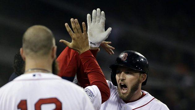 Baseballisté Bostonu se radují z výhry Světové série.