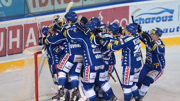 Hokejisté Komety Brno oslavují vítězství a postup do finále po vítězství nad Spartou.