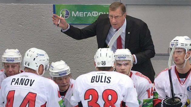 Valerij Belousov na střídačce Trakroru Čeljabinsk.