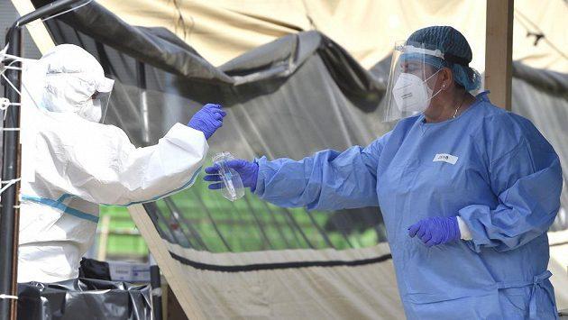 Zdravotnice ukládá do sáčku zkumavku se vzorkem k otestování na nemoc covid-19 14. srpna 2020 v areálu Fakultní nemocnice Brno.