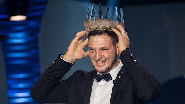 Judista Lukáš Krpálek si nasazuje korunku pro vítěze Sportovce roku 2016.