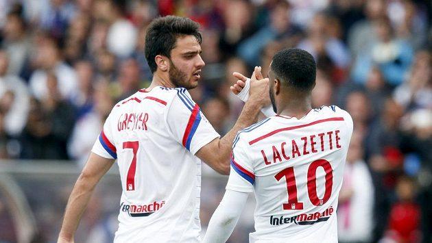 Fotbalisté Lyonu Alexandre Lacazette (vpravo) a Clement Grenier.