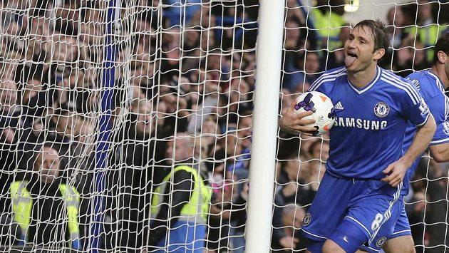 Záložník Chelsea Frank Lampard se raduje z branky, kterou vstřelil Stoke.