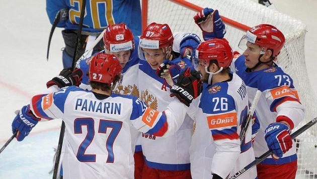 Hokejisté Ruska slaví gól proti Kazachstánu na MS.
