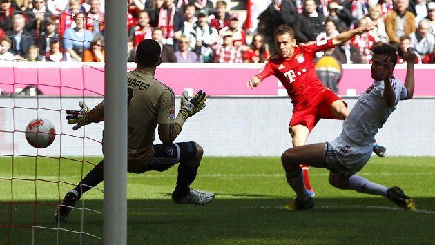 Obránce Rafinha z Bayernu Mnichov (v červeném) prostřelil brankáře Norimberku Raphaela Schäfera.
