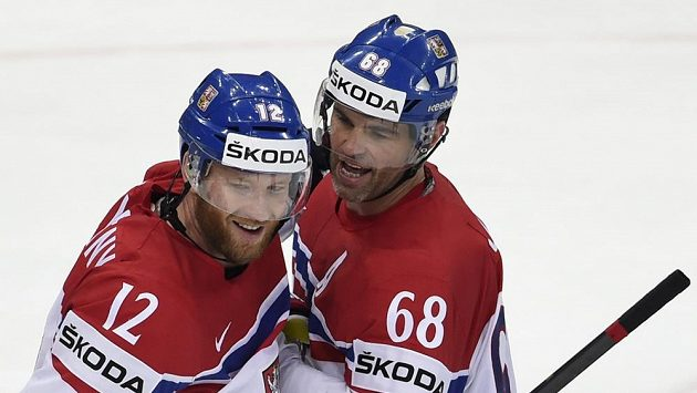 Čeští útočníci Jaromír Jágr (vpravo) a Jiří Novotný budou hrát proti Švýcarsku v jednom útoku.
