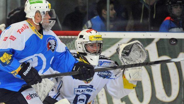 Plzeňský Martin Straka operuje před gólmanem Komety Brno Markem Čiliakem.