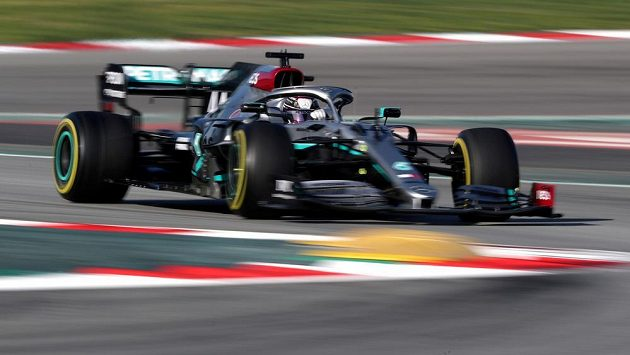 Mistr světa Lewis Hamilton a stáj Mercedes vstoupí v neděli do nové sezony formule 1 s monoposty v černé barvě.