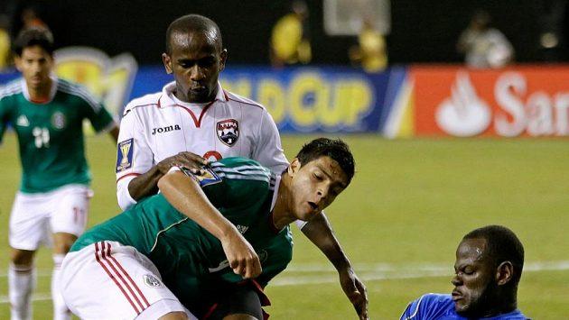Raul Jiménez střílí gól do sítě Tobaga.