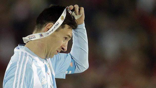 Zklamaný Lionel Messi sundavá po prohraném finále na Copě Américe z krku stříbrnou medaili