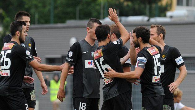 Radost jabloneckých hráčů z gólu proti Chomutovu.