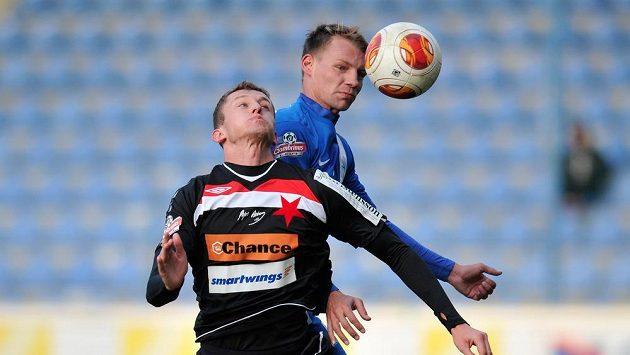 Jan Rajnoch (vpravo) z Liberce a Tomáš Necid ze Slavie bojují o míč v přípravném fotbalovém utkání.