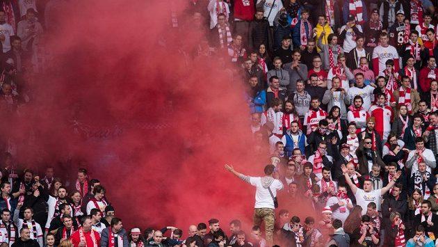 Fanoušci Slavie Praha během utkání s Plzní. Na derby určitě také bude plno. Ilustrační snímek.