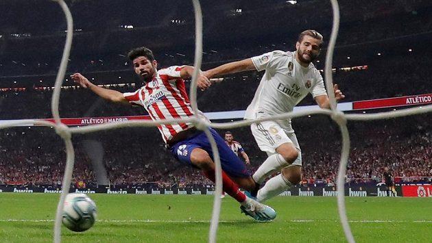Diego Costa (vlevo) z Atlética Madrid v souboji s Nachem z Realu.
