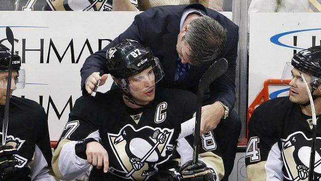 Útočník Pittsburghu Sidney Crosby je ošetřován na střídačce.