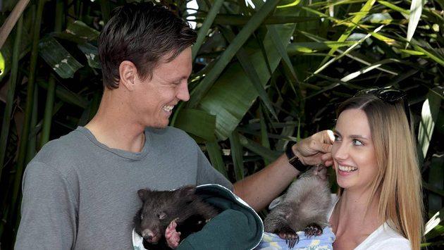 Tomáš Berdych s Ester Sátorovou s mláďaty vombatů Victorií a Sydney.