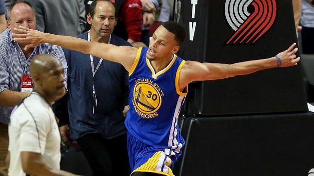 Stephen Curry (30) z Golden State jásá po výhře nad Portlandem v prodloužení.