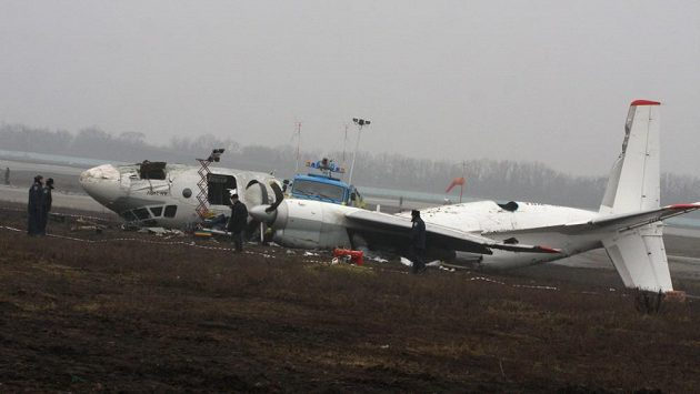 Trosky letadla skončily vedle přistávací plochy.