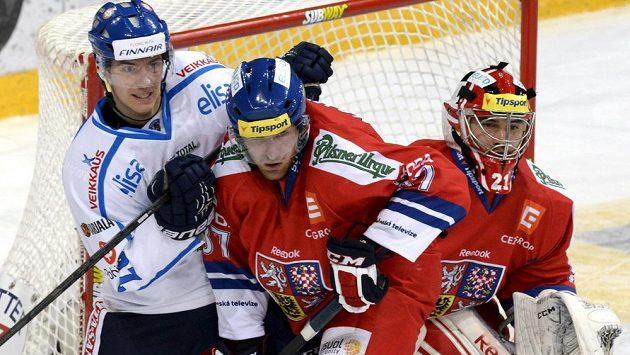 Finský útočník Jarkko Immonen (vlevo) v souboji před bránou s českým obráncem Jakubem Nakládalem. Vpravo brankář Jakub Kovář.