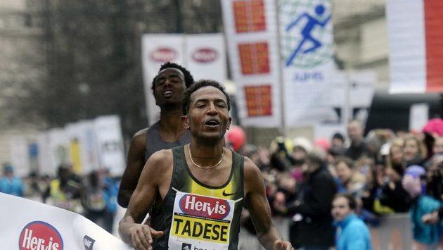 Zersenay Tadese z Eritreje v cíli Pražského půlmaratónu.