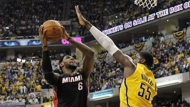 Útočník Miami LeBron James a centr Indiany Roy Hibbert (55).