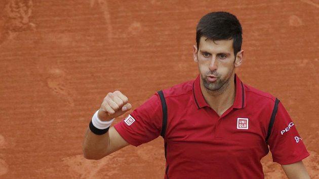 Srbský tenista Novak Djokovič se raduje z postupu do finále French Open.