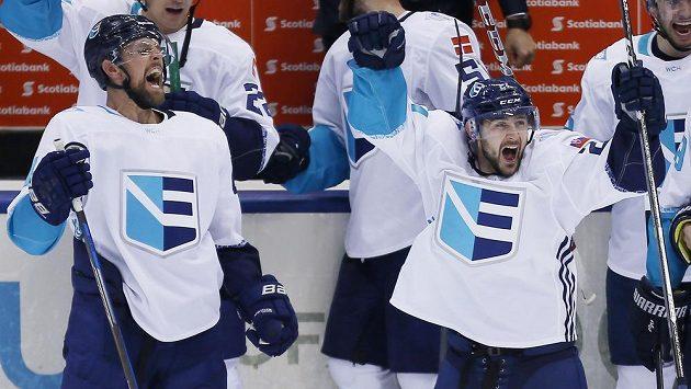 Obránce Výběru Evropy Dennis Seidenberg (vlevo) slaví se spoluhráčem Tomášem Tatarem gól proti Švédsku v semifinále Světového poháru.