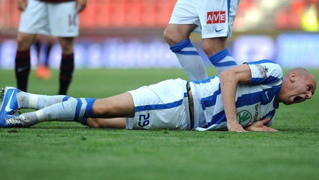 Obránce Mladé Boleslavi Radek Dosoudil má po zákroku Leonarda Kweukeho nadvakrát zlomenou nohu.