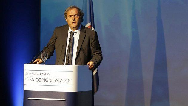 Michel Platini během svého závěrečného projevu v Aténách.