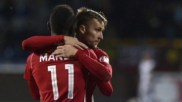 Střelec vítězného gólu Olomouce David Houska (vpravo) se raduje s Bidjem Manziou (vlevo).
