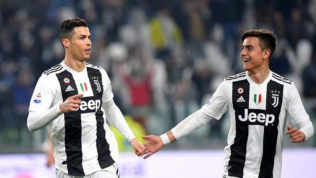 Hvězda Juventusu Cristiano Ronaldo slaví gól v italské lize se spoluhráčem Paulem Dybalou.