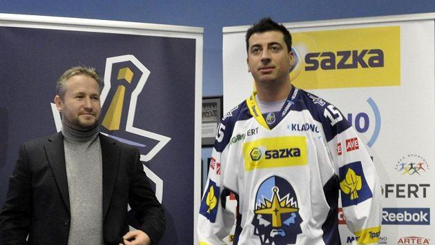 Tomáš Kaberle (vpravo) po podpisu smlouvy se sportovním manažerem extraligového klubu Rytíři Kladno Martinem Vejvodou.