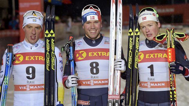 Tři nejlepší ze sprintu klasického lyžování ve finském Kuusamu. Zleva Švéd Calle Halfvarsson, uprostřed vítězný Nor Paal Golberg a vpravo jeho reprezentační kolega Johannes Hoesflot Klaebo - archivní snímek.