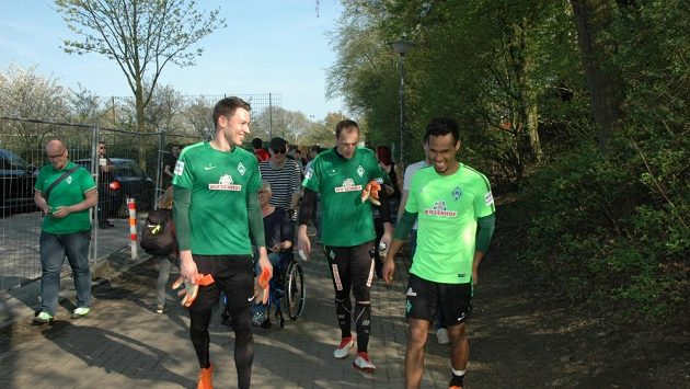 Trojice českých fotbalistů Werderu Brémy Jiří Pavlenka, Jaroslav Drobný a Theodor Gebre Selassie (odleva) po tréninku.