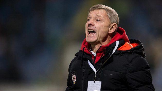Trenér Sparty Zdeněk Ščasný udílí pokyny svým svěřencům během zápasu v Liberci.
