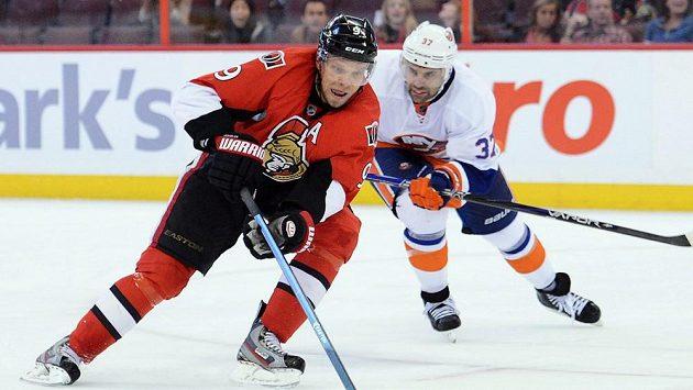 Senátor Milan Michálek (vlevo) bojuje z Brianem Straitem z Islanders.