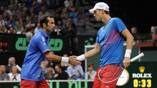 Čeští tenisté Radek Štěpánek (vpravo) a Tomáš Berdych během třetího utkání semifinále Davis Cupu s argentinským párem Carlos Berloq a Horacio Zeballos.
