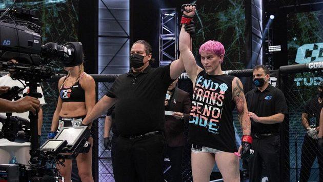Transsexuální bojovnice Alana McLaughlinová (vpravo) při svém debutu v MMA