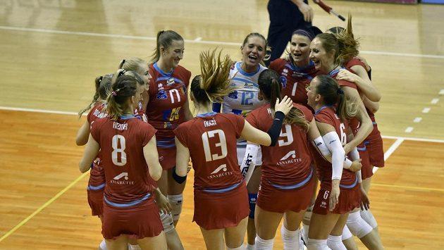 Hráčky Prostějova se radují z vítězství ve druhém finále play off volejbalové extraligy žen.