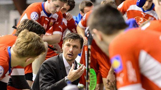 Trenér Radim Cepek uděluje pokyny svým svěřencům při Euro Floorball Tour v České Lípě.