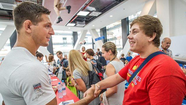 Fanoušek gratuluje Lukáši Krpálkovi ke zlaté olympijské medaili z Ria de Janeira.
