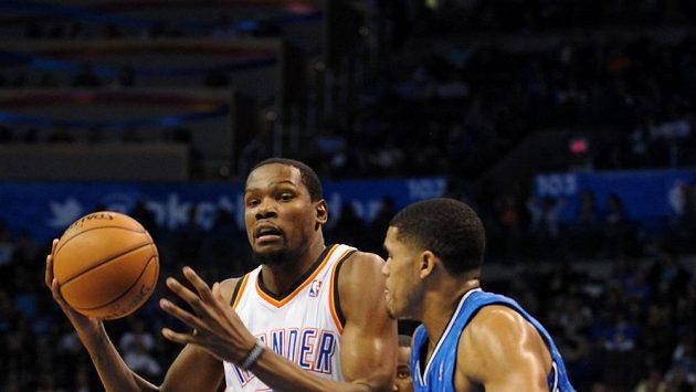 Střelcem zápasu byl domácí Kevin Durant (vlevo) s 28 body.
