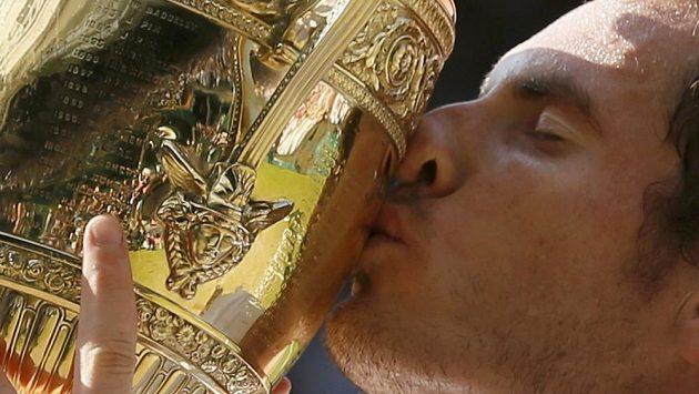 Britský tenista Andy Murray líbá trofej pro vítěze Wimbledonu.