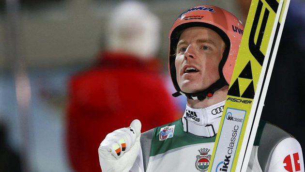 Německý skokan na lyžích Severin Freund se raduje z triumfu v závodě Turné čtyř můstků v Oberstdorfu.