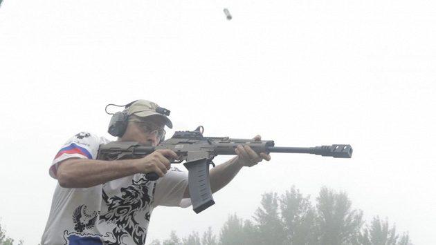 Václav Vinduška je dlouholetým instruktorem střelby, mistrem světa, který také v rámci tréninku několikrát týdně běhá.
