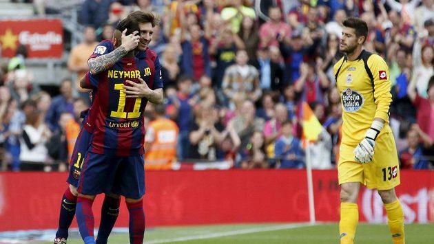 Lionel Messi a Neymar z Barcelony se radují z gólu. Vpravo gólman Deportiva Fabricio.