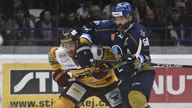 Jaromír Jágr z týmu Rytíři Kladno a Josef Skořepa z HC Dukla Jihlava v akci během semifinále první ligy.