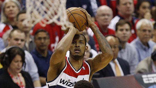 Basketbalista Washingtonu Wizards Trevor Ariza (vzadu) přispěl k výhře nad Chicagem šesti trojkami.